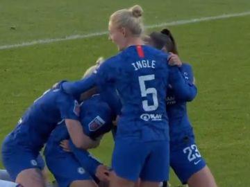 Just Ji-nius, rodeada por jugadoras del Chelsea que celebran su gol