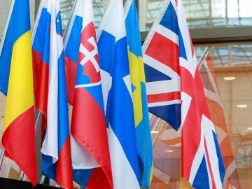 Un trabajador cuelga la bandera británica en la entrada del Consejo Europeo en Bruselas