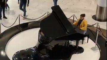 Una mujer toca el 'Cara al Sol' a piano en un centro comercial de Valladolid