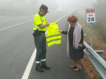 Guardia Civil entregando un chaleco reflectante