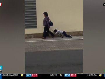 El desternillante vídeo de una madre arrastrando a su hijo al salir del colegio que se ha hecho viral