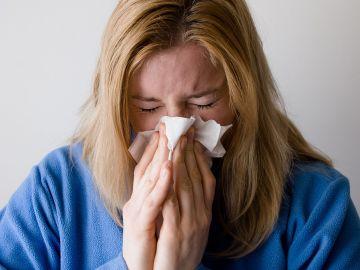 Imagen de archivo de una mujer estornudando