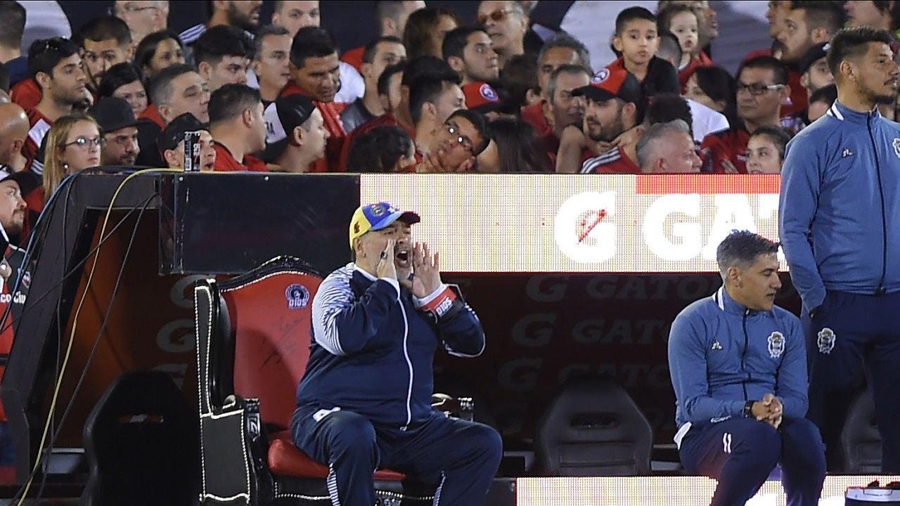 Maradona da instrucciones sentado en su trono