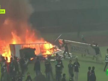 Escándalo en Indonesia: aficionados del Persebaya queman el estadio tras una derrota