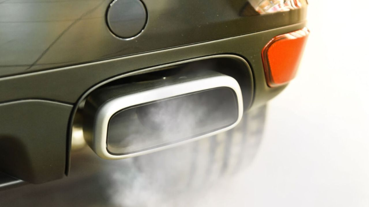 Tubo de escape de un coche