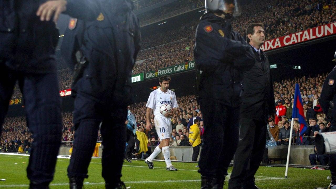 Figo se dispone a sacar un córner en el Camp Nou