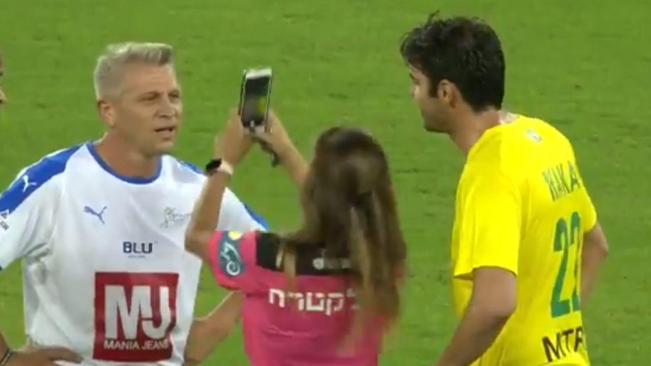 Una árbitra pide un selfie a Kaká en pleno partido