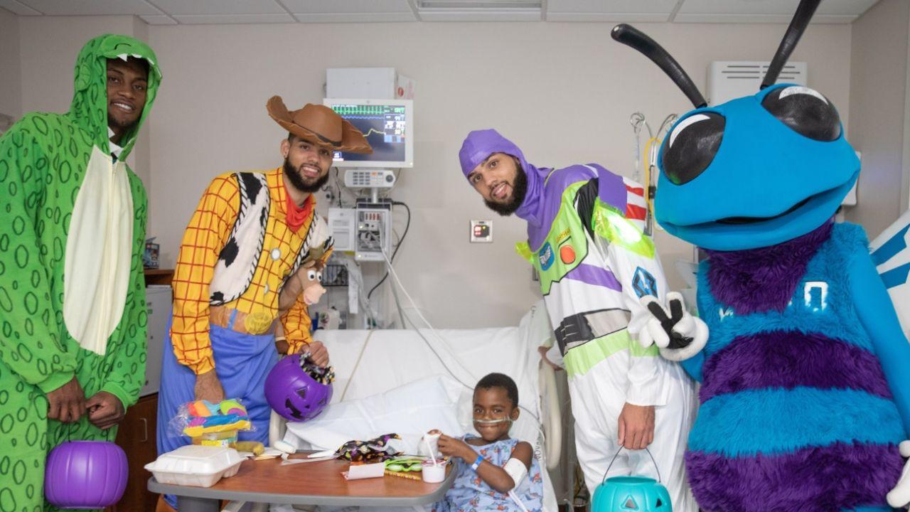 Los hermanos Cody y Caleb Martin disfrazados de Woody y Buzz Lightyear (Toy Story), respectivamente