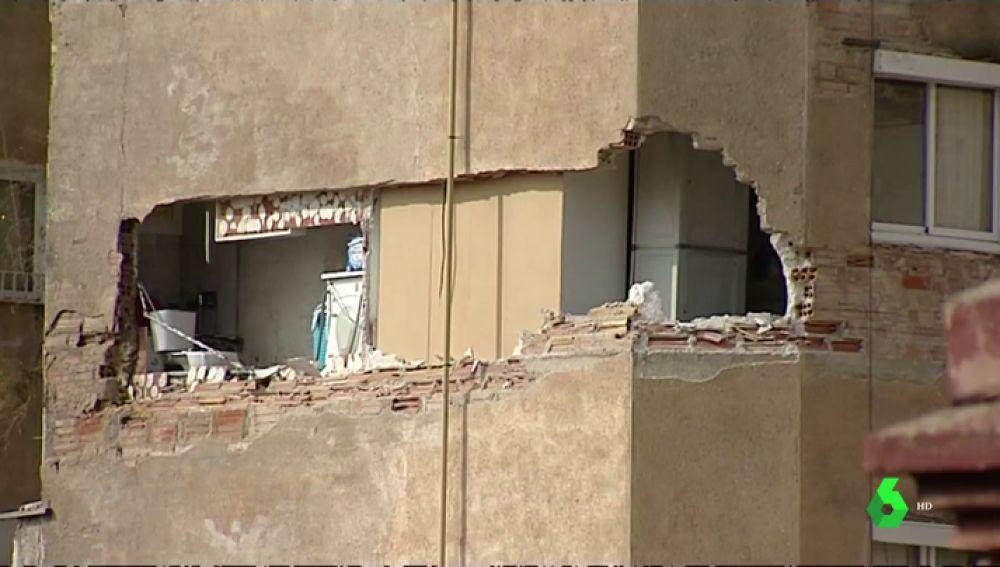 Desalojan a 40 vecinos de un edificio en Badalona por un enorme agujero