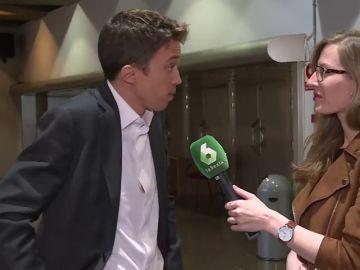 La periodista Laura Cerdeira entrevista a Íñigo Errejón