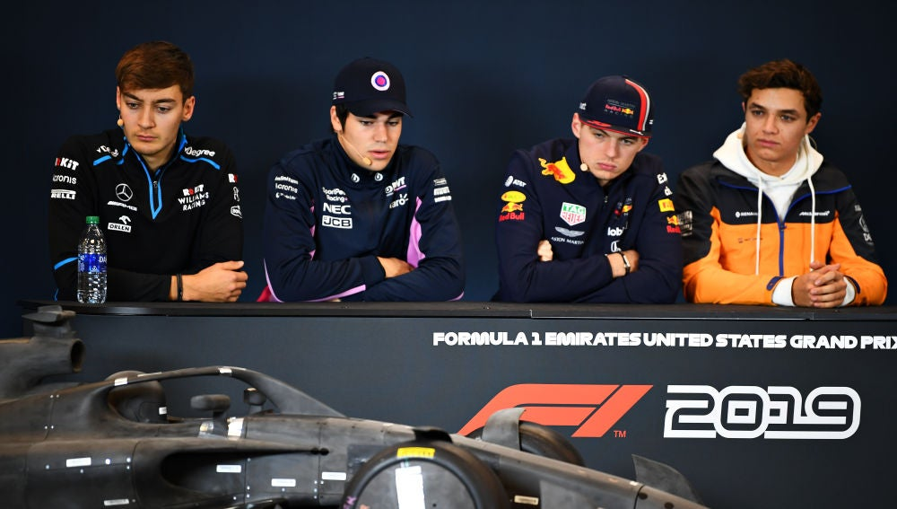 George Russell, Lance Stroll, Max Verstappen y Lando Norris observan el coche de 2021