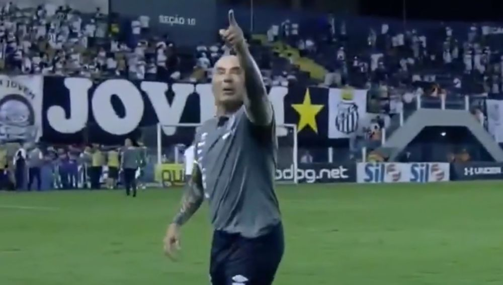Jorge Sampaoli, entrenador del Santos, señalando a un aficionado