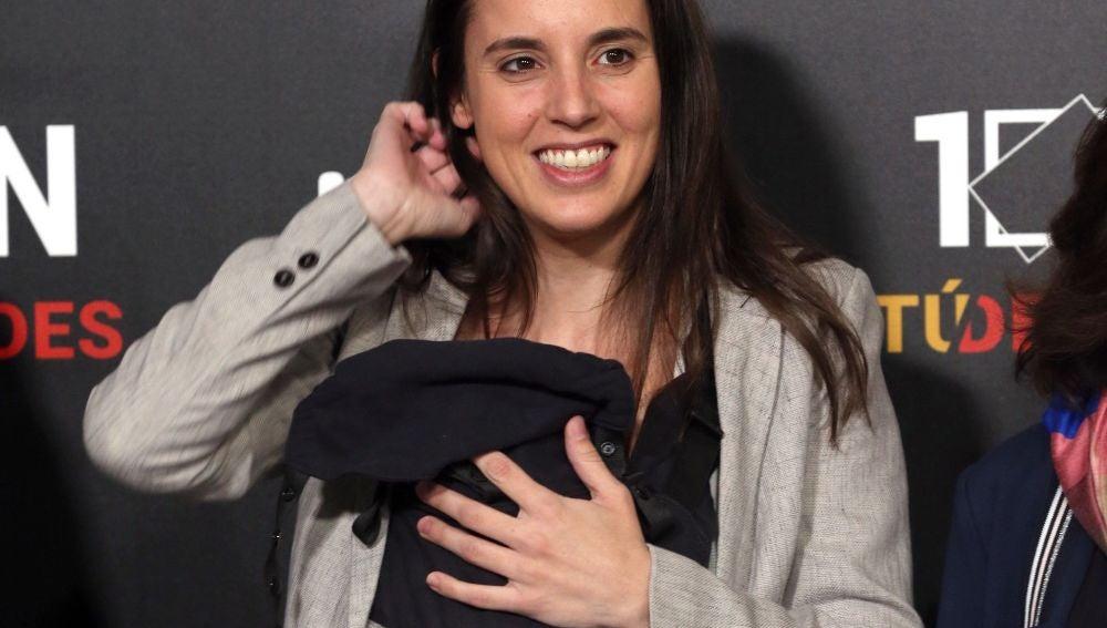 Irene Montero llega al debate electoral de RTVE acompañada de su hija de tres meses