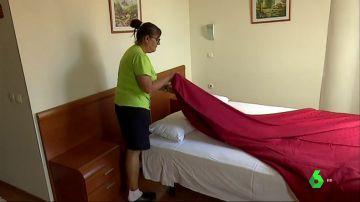 Imagen de una camarera de hotel trabajando en una habitación