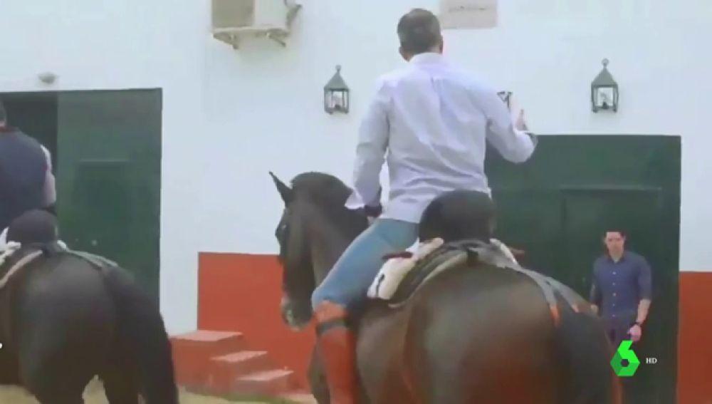 Ortega Smith subido a un caballo al ritmo de Ennio Morricone y otras surrealistas escenas por el 'disputado voto'
