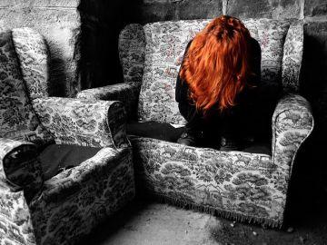 Imagen de archivo de una mujer sobre un sofá