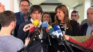 Puigdemont atendiendo a los medios de comunicación.