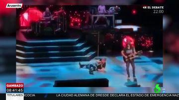 La tremenda caída de Axl Rose de Guns N'Roses en pleno concierto
