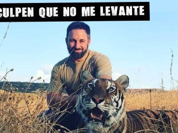 """El líder de Vox, Santiago Abascal, con un tigre, su """"ayudante"""" para el debate"""
