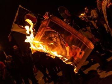 Varios manifestantes queman fotos del rey Felipe durante la protesta llevada a cabo en la avenida Diagonal de Barcelona, en protesta por la visita del rey a la capital catalana