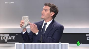 """Albert Rivera muestra un adoquín durante el debate electoral: """"Esto representa el desorden público en Cataluña"""""""