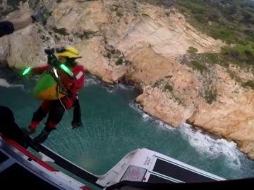 El rescate a vista de helicóptero de las 22 personas atrapadas en una cueva en Xàbia mientras practicaban pádel surf