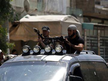 Rebeldes sirios de patrulla por las calles de Azaz, en Siria