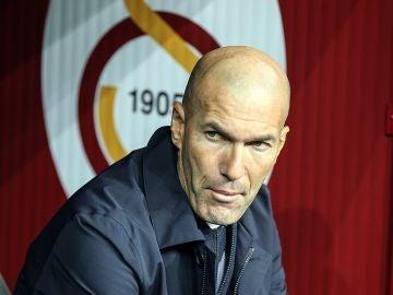 Zidane, en el banquillo del estadio del Galatasaray