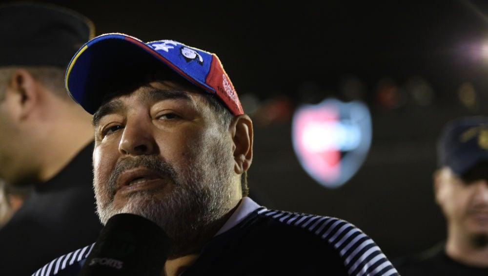 Maradona atiende a los medios