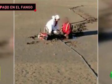 El espectacular rescate en helicóptero a un ciclista atrapado en el fango de un embalse