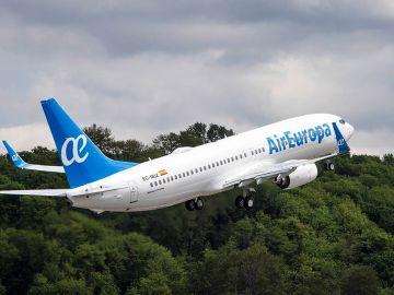 Un avión de la compañía Air Europa en plena maniobra de despegue.