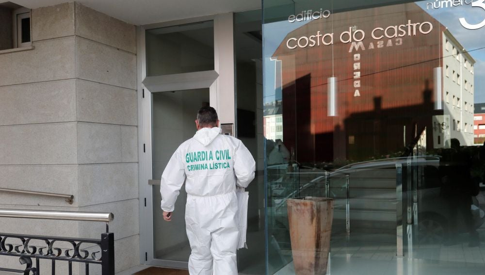 La Guardia Civil accede al inmueble en el que fue localizado el cadáver de la mujer presuntamente asesinada por su hijo