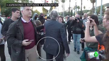Escupitajos, agresiones e insultos: las imágenes de la tensión en Barcelona por la presencia de la familia real