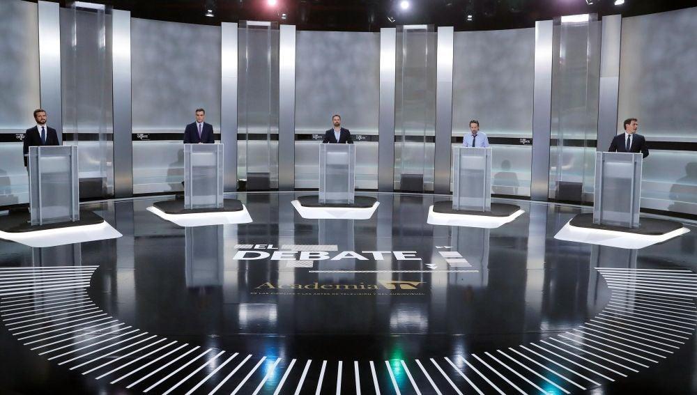 Los candidatos en sus atriles en el debate del 4N
