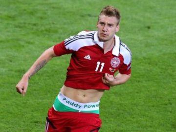 Nicklas Bendtner tras protagonizar una curiosa celebración luciendo sus calzoncillos
