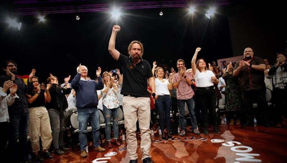 El secretario general de Podemos Pablo Iglesias (c), ha participado hoy en un mitin en A Coruña acompañado por los candidatos al Congreso