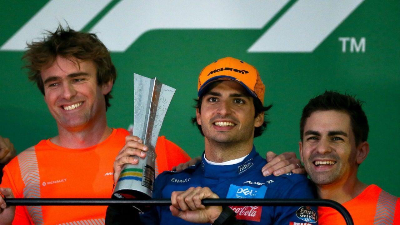 Carlos Sainz, con el trofeo de tercer clasificado en Brasil