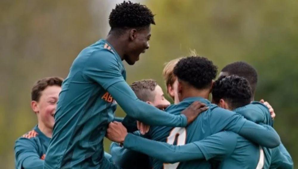 El juvenil del Ajax que sorprende por su físico