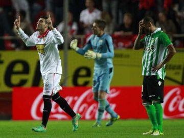José Antonio Reyes celebra el 1-0 ante el Sevilla señalando al cielo