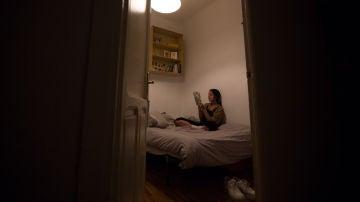 Celia, en su habitación del piso que comparte en Chamberí