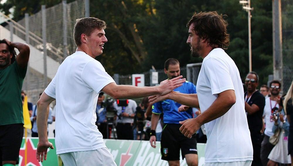 Max Verstappen y Fernando Alonso, durante un partido de fútbol
