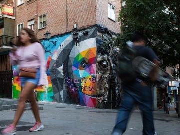 Pintada contra la gentrificación sobre un mural de Okuda en el barrio madrileño de Lavapiés