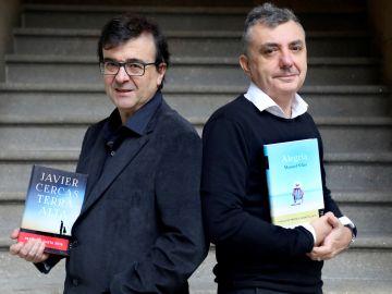 Los escritores Javier Cercas (i) y Manuel Vilas (d), ganador y finalista, respectivamente, del premio Planeta 2019.