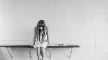 Imagen de archivo de una niña triste