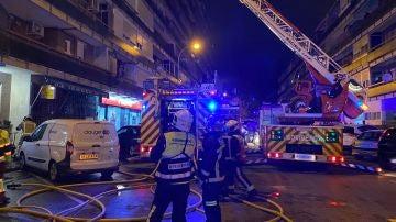 Bomberos trabajando en el dispositivo para sofocar el incendio en Leganés