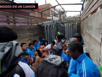 El impactante momento en el que un equipo escapa de un estadio en un camión para evitar ser linchados