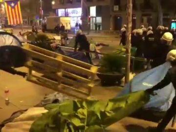 Dos detenidos en el desalojo de la acampada de Plaza Universitat en Barcelona
