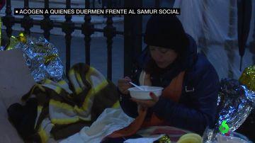 La historia de los migrantes que piden duermen frente al Samur Social: un joven huyó de Colombia tras el asesinato de su padre