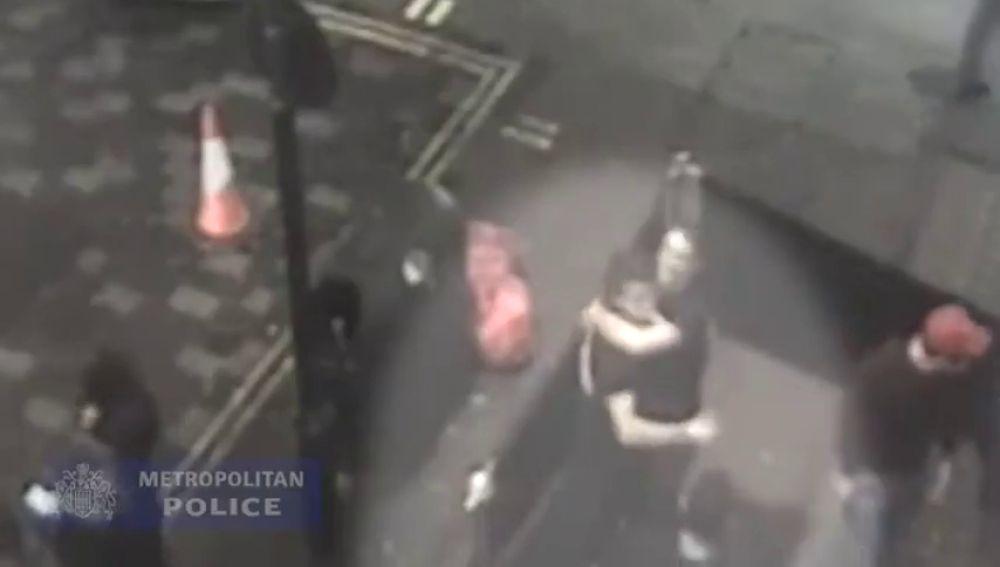 Dos hombres violan brutalmente a una joven y se felicitan minutos después chocando los cinco