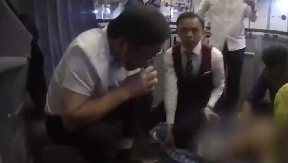 Un hombre succiona la orina de un pasajero en pleno vuelo